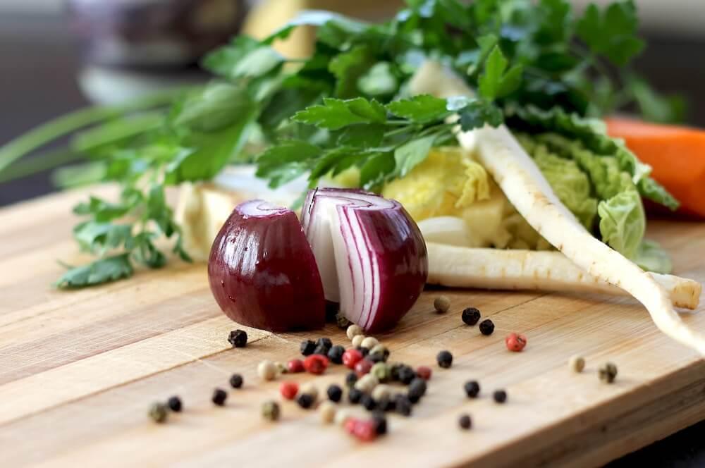 Rote Zwiebel enthaelt mehr Polyphenole als eine Weisse