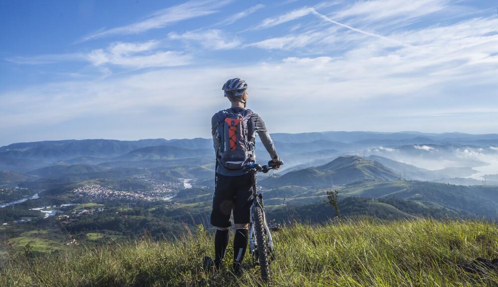 Radfahrer blickt ins Tal