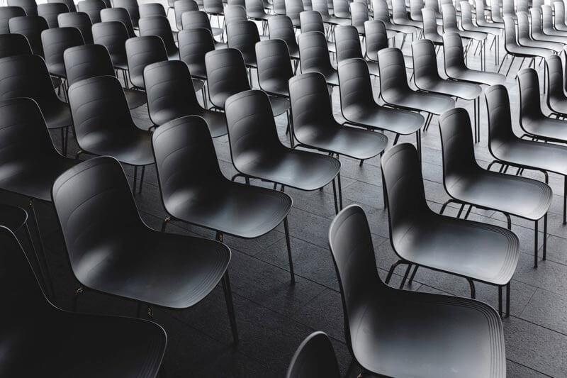 Leerer Veranstaltungssaal vor Prostatavergroesserungsbeitrag