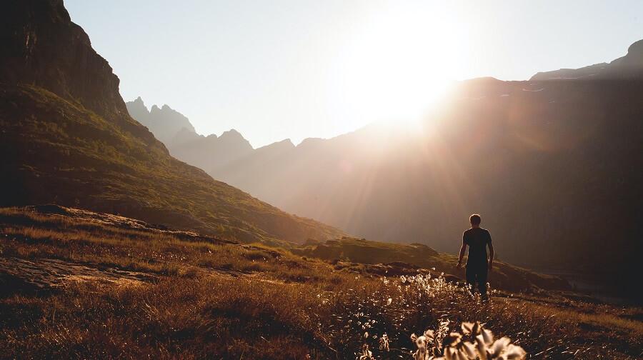 Mann beim wandern in der Sonne